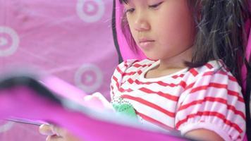 niña en su habitación, usa smartphone. video