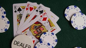 Foto giratoria de cartas de póquer y fichas de póquer sobre una superficie de fieltro verde - póquer 014
