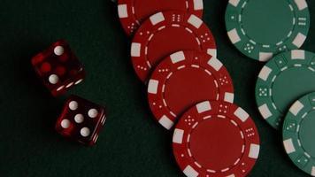 Tiro giratorio de cartas de póquer y fichas de póquer sobre una superficie de fieltro verde - póquer 048