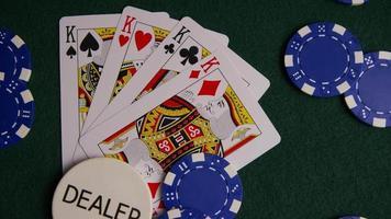 Foto giratoria de cartas de póquer y fichas de póquer sobre una superficie de fieltro verde - póquer 013