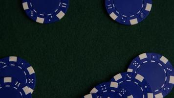 Disparo giratorio de cartas de póquer y fichas de póquer sobre una superficie de fieltro verde - Poker 035