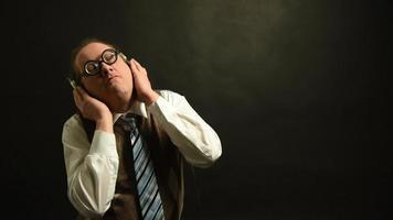 nerd com fones de ouvido ouve música lenta e segue o ritmo