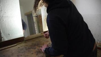 homem deprimido e zangado bate em seu reflexo video