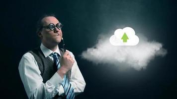 nerd ou geek engraçado olhando para a nuvem voadora com ícone de nuvem de upload giratório video