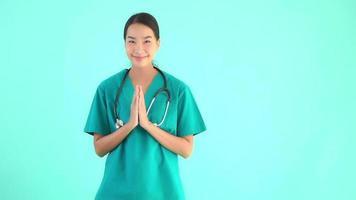 jeune femme médecin asiatique donnant merci et signe de salutations