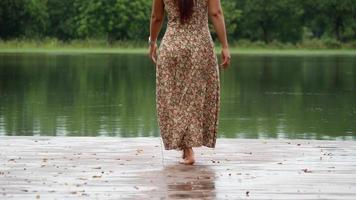 hermosa mujer relajante cerca del lago