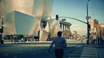 panorâmica indo da fachada da sala de concertos da Walt Disney até uma faixa de pedestres em los angeles em 4K.