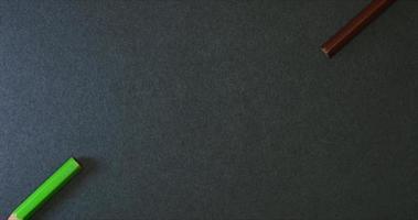 lápis de cor pequenos quadros em fundo escuro video
