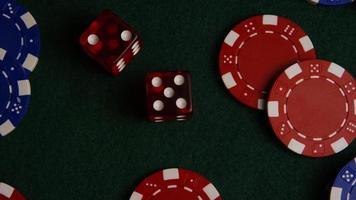 Foto giratoria de cartas de póquer y fichas de póquer sobre una superficie de fieltro verde - póquer 026