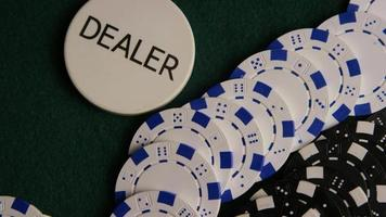 Disparo giratorio de cartas de póquer y fichas de póquer sobre una superficie de fieltro verde - póquer 058