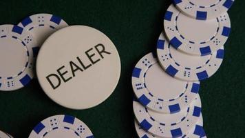Disparo giratorio de cartas de póquer y fichas de póquer sobre una superficie de fieltro verde - Poker 031