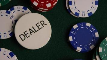 Tiro giratorio de cartas de póquer y fichas de póquer sobre una superficie de fieltro verde - póquer 030