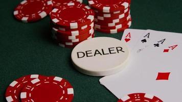 Disparo giratorio de cartas de póquer y fichas de póquer sobre una superficie de fieltro verde - Poker 002
