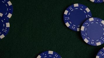 Foto giratoria de cartas de póquer y fichas de póquer sobre una superficie de fieltro verde - póquer 024
