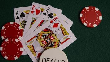 Disparo giratorio de cartas de póquer y fichas de póquer sobre una superficie de fieltro verde - póquer 009