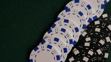 Disparo giratorio de cartas de póquer y fichas de póquer sobre una superficie de fieltro verde - Poker 060