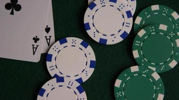 Foto giratoria de cartas de póquer y fichas de póquer sobre una superficie de fieltro verde - póquer 044