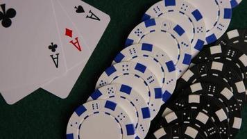 Foto giratoria de cartas de póquer y fichas de póquer sobre una superficie de fieltro verde - póquer 061