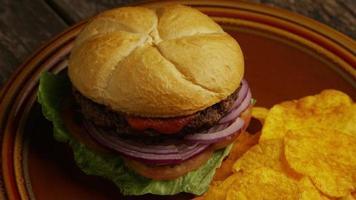 Foto giratoria de deliciosa hamburguesa y papas fritas - BBQ 160