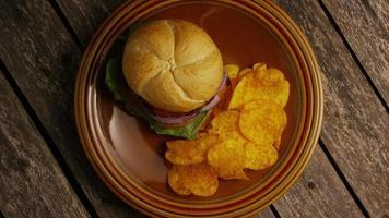 rotierender Schuss von leckeren Burger- und Kartoffelchips - Grill 154