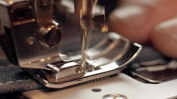 Makro 4k einer Nähmaschine arbeitet
