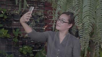 empresaria caminando en su oficina y usando el teléfono. video