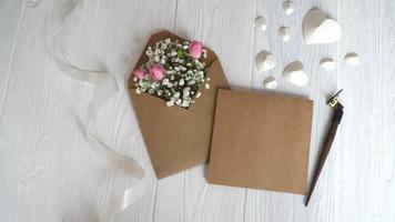 envelope com flores para saudações