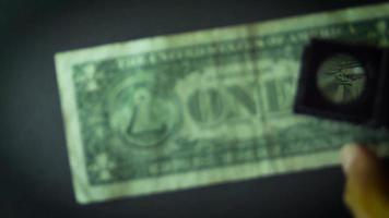 detalhes da nota de dólar em fundo escuro