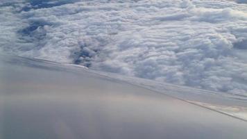 Stratus- oder Stratocumuluswolken von der Ebene, die sich nach links neigt video