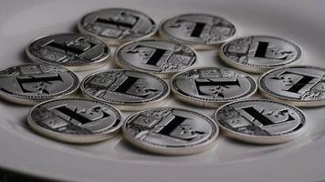 rotierende Aufnahme von Litecoin-Bitcoins (digitale Kryptowährung) - Bitcoin Litecoin 0122