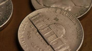 Imágenes de archivo giratorias tomadas de monedas monetarias estadounidenses - dinero 0299 video