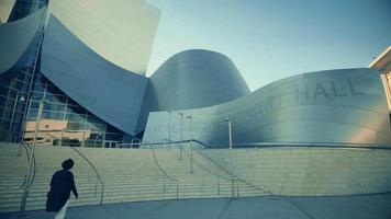 panorâmica lenta da sala de concertos da Walt Disney para o Music Center em Los Angeles em 4K.