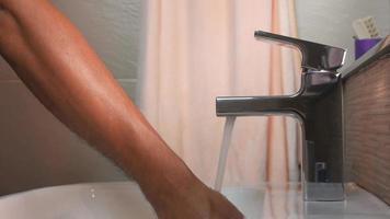 lavar as mãos com água da torneira da pia.