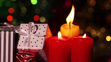 Geschenkboxen und brennendes Kerzenlicht