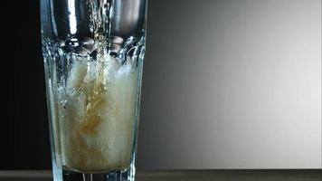 cerveja dourada derramando em câmera ultra lenta (1.500 fps) - fantasma de asas de frango 019
