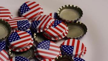 foto rotativa de tampas de garrafa com a bandeira americana impressa nelas - tampas de garrafa 032