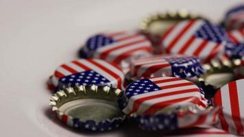 foto rotativa de tampas de garrafa com a bandeira americana impressa nelas - tampas de garrafa 041