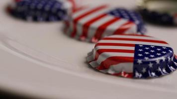 foto rotativa de tampas de garrafa com a bandeira americana impressa nelas - tampas de garrafa 019