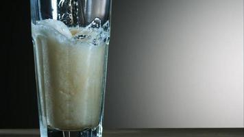 cerveja dourada derramando em câmera ultra lenta (1.500 fps) - asas de frango fantasma 020