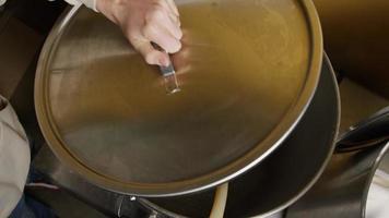 Imágenes en cámara lenta de suministros y procesos de elaboración casera de cerveza: elaboración de cerveza 007 video