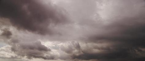 Grandes nubes grises moviéndose rápidamente hacia la cámara preparándose para la tormenta en 4k timelapse video
