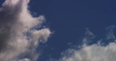 Laps de temps de gros cumulus traversant lentement la scène de gauche à droite en 4k