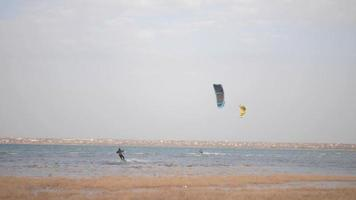 les kitesurfers roulent dans des vents forts