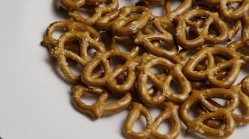 Foto giratoria de pretzels en una placa blanca - pretzels 005