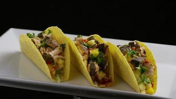 Foto giratoria de deliciosos tacos de pescado - comida 004