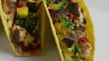 Foto giratoria de deliciosos tacos de pescado - comida 007