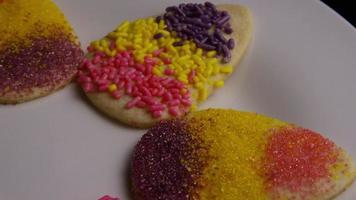 Foto cinematográfica, giratoria de galletas de pascua en un plato - cookies easter 010