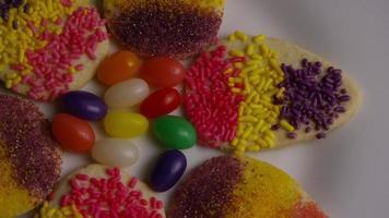 colpo cinematografico e rotante di biscotti di Pasqua su un piatto - biscotti di Pasqua 015