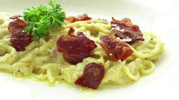 Spaghetti carbonara en una placa blanca. video