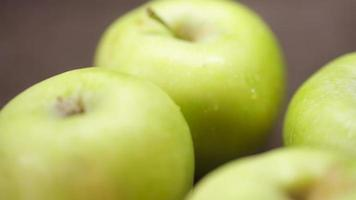 maçãs verdes em uma mesa